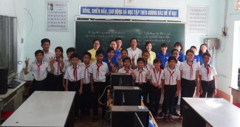 Ngân hàng Đầu Tư và Phát triển Việt Nam Chi nhánh Đắk Lắk tặng bàn vi tính cho Trường THCS Ngô Quyền