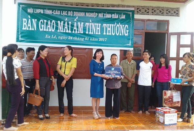 """Hội Liên hiệp Phụ nữ tỉnh Đắk Lắk: 10 năm thực hiện Cuộc vận động xây dựng """"Mái ấm tình thương"""" cho hội viên, phụ nữ nghèo."""