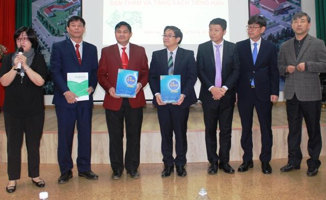 Trao tặng sách tiếng Hàn cho học sinh tỉnh Đắk Lắk