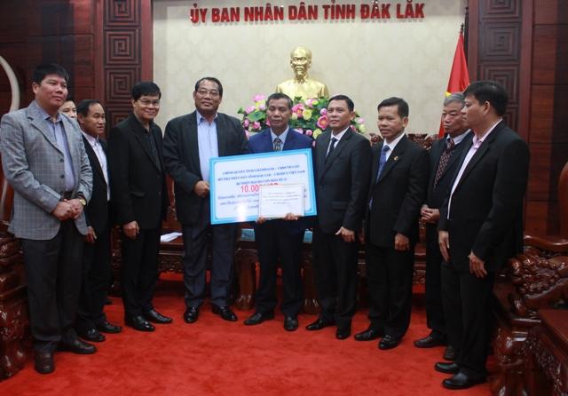 Tỉnh Chămpasắk- Lào hỗ trợ Đắk Lắk 10 nghìn USD khắc phục hậu quả cơn bão số 12.