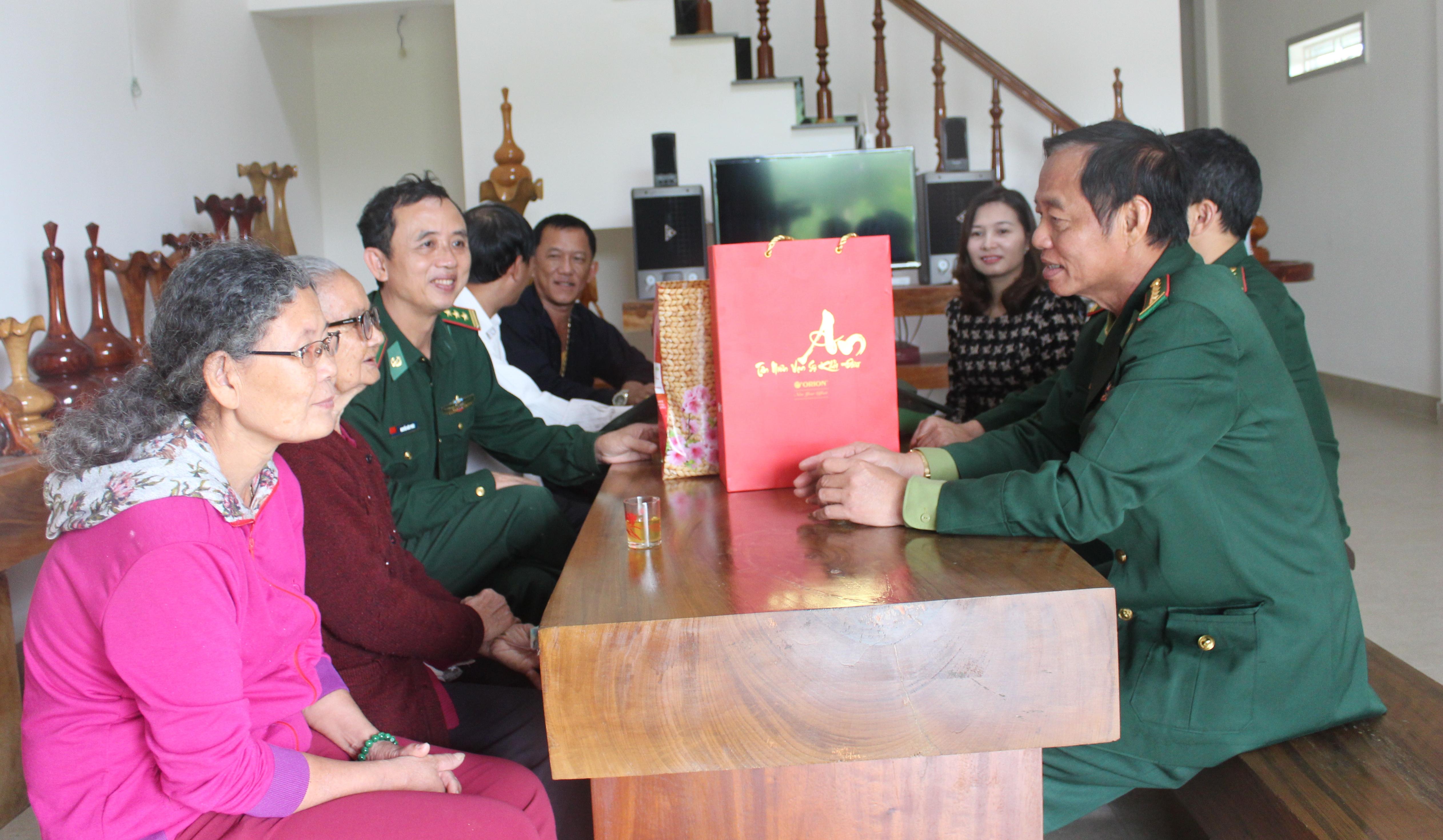 Bộ Chỉ huy Bộ đội Biên phòng tỉnh Đắk Lắk thăm và tặng quà Mẹ Việt Nam Anh hùng