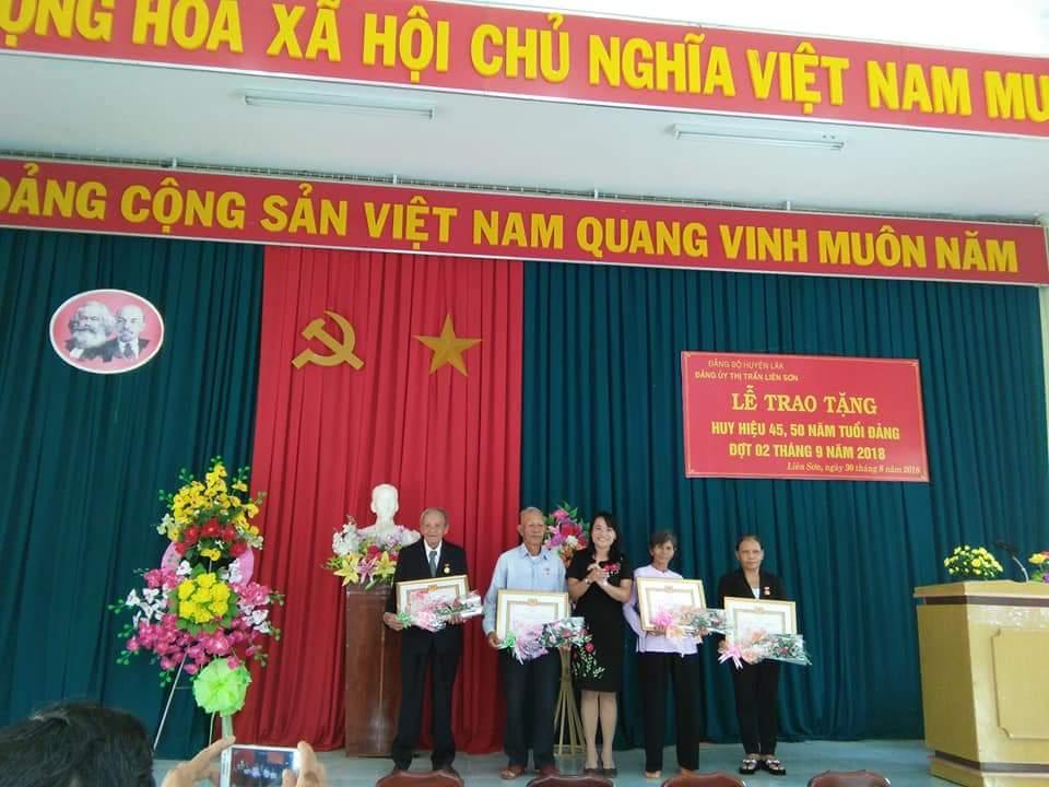 Huyện Lắk trao Huy hiệu Đảng nhân dịp 02/9