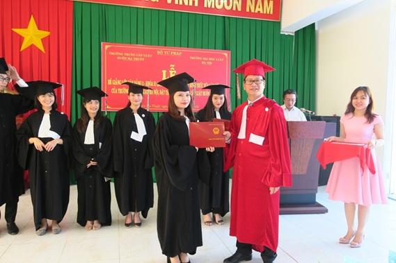 Trường Đại học Luật Hà Nội tổ chức Bế giảng Lớp đại học luật văn bằng 2, khóa II mở tại Trường Trung cấp Luật Buôn Ma Thuột
