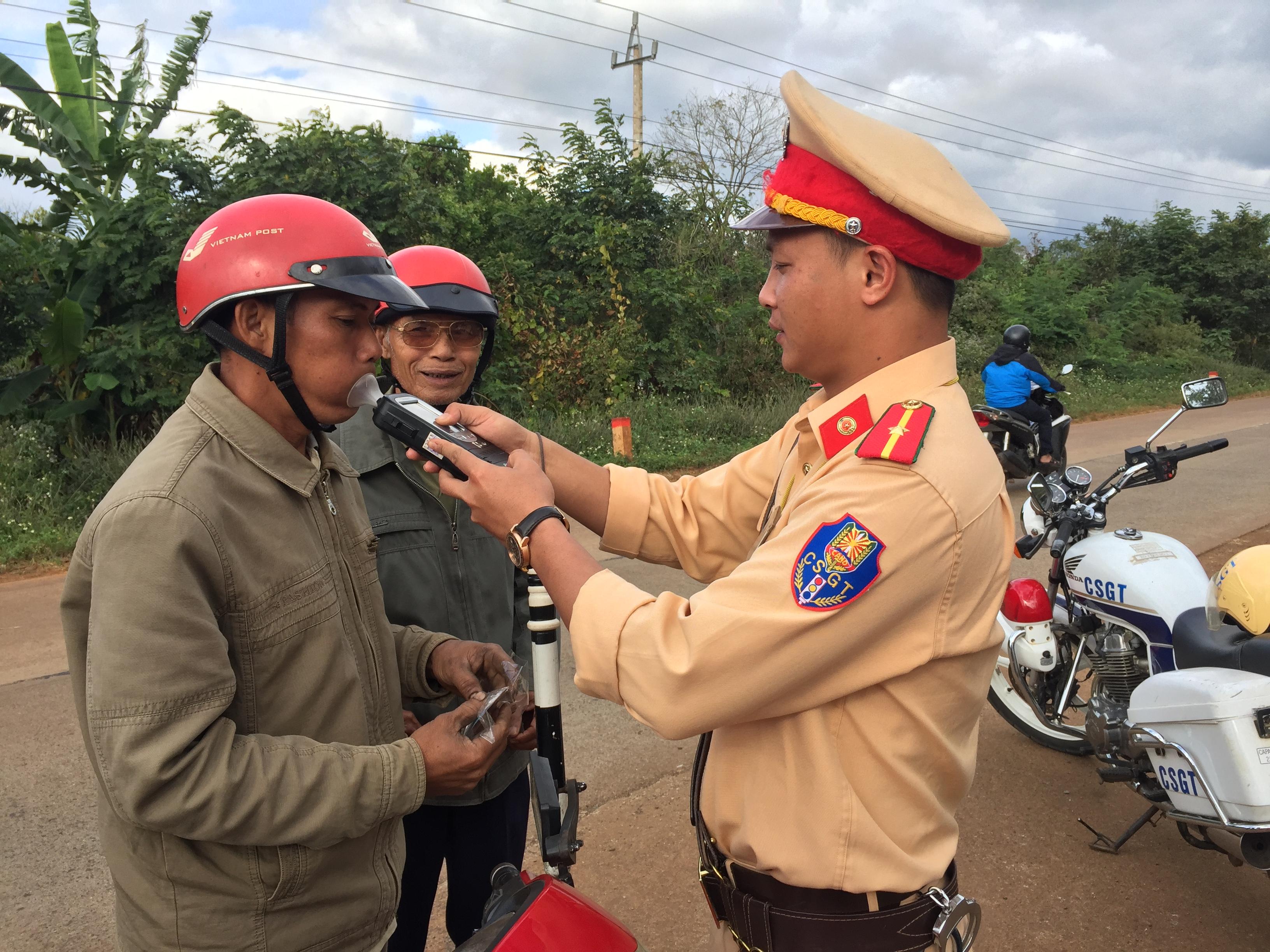 Cảnh sát giao thông (Công an huyện Cư M'gar) tăng cường công tác tuần tra, kiểm soát trật tự ATGT trên địa bàn huyện
