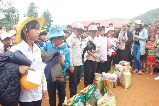 Trao tặng 200 suất quà tết cho các em học sinh nghèo