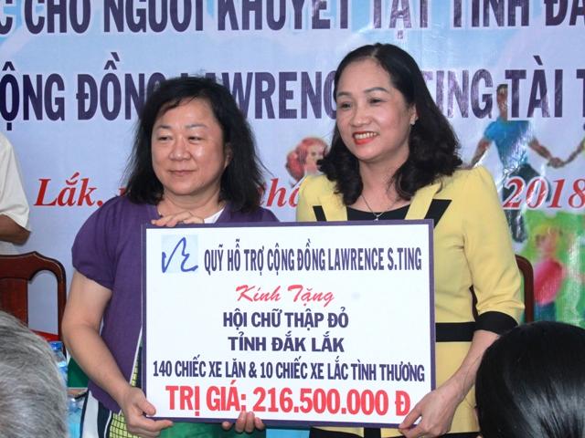 Quỹ Lawrence S.Ting TP Hồ Chí Minh trao tặng 150 xe lăn, xe lắc cho người khuyết tật.