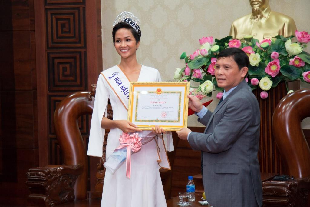 Hoa hậu Hoàn vũ Việt Nam 2017 thăm quê hương Đắk Lắk