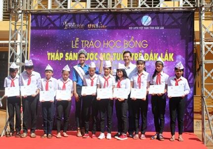 Hoa hậu hoàn vũ Việt Nam H'Hen Niê trao học bổng cho các em học sinh tại quê nhà