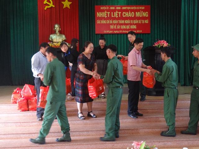 Huyện Cư M'gar: đón 199 quân nhân hoàn thành nghĩa vụ quân sự trở về địa phương