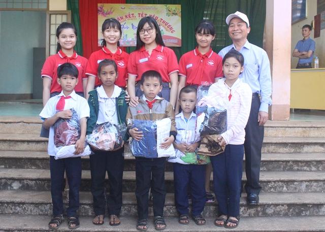 Trường Tiểu học, THCS, THPT Victory trao tặng quà Tết cho học sinh có hoàn cảnh khó khăn