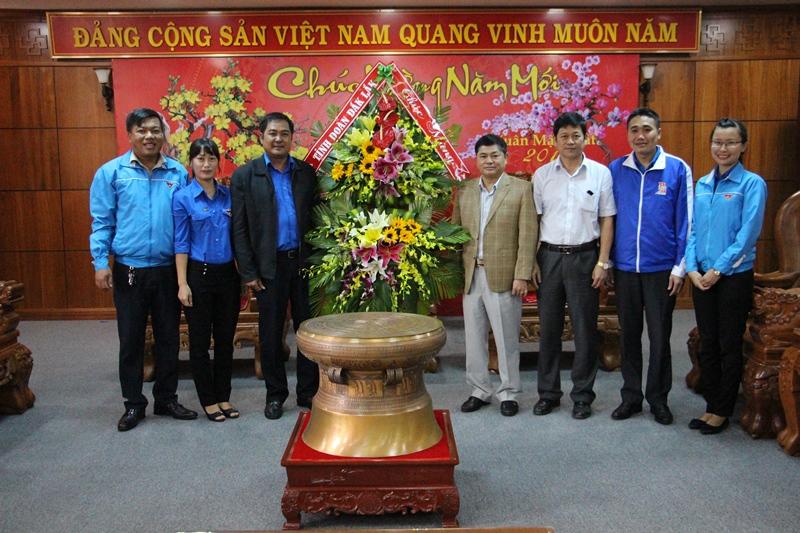 Thường trực Tỉnh đoàn Chúc mừng Tỉnh ủy nhân kỷ niệm 88 năm ngày thành lập Đảng Cộng sản Việt Nam