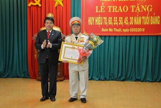 Thành ủy Buôn Ma Thuột, trao Huy hiệu Đảng cho 53  đảng viên nhân kỷ niệm 88 năm ngày thành lập Đảng Cộng sản Việt Nam (3/2/1930 – 3/2/2018).