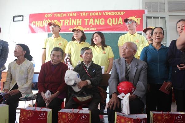 Quỹ Thiện Tâm của Tập đoàn Vingroup tặng quà tết cho hộ nghèo tại huyện Cư Kuin