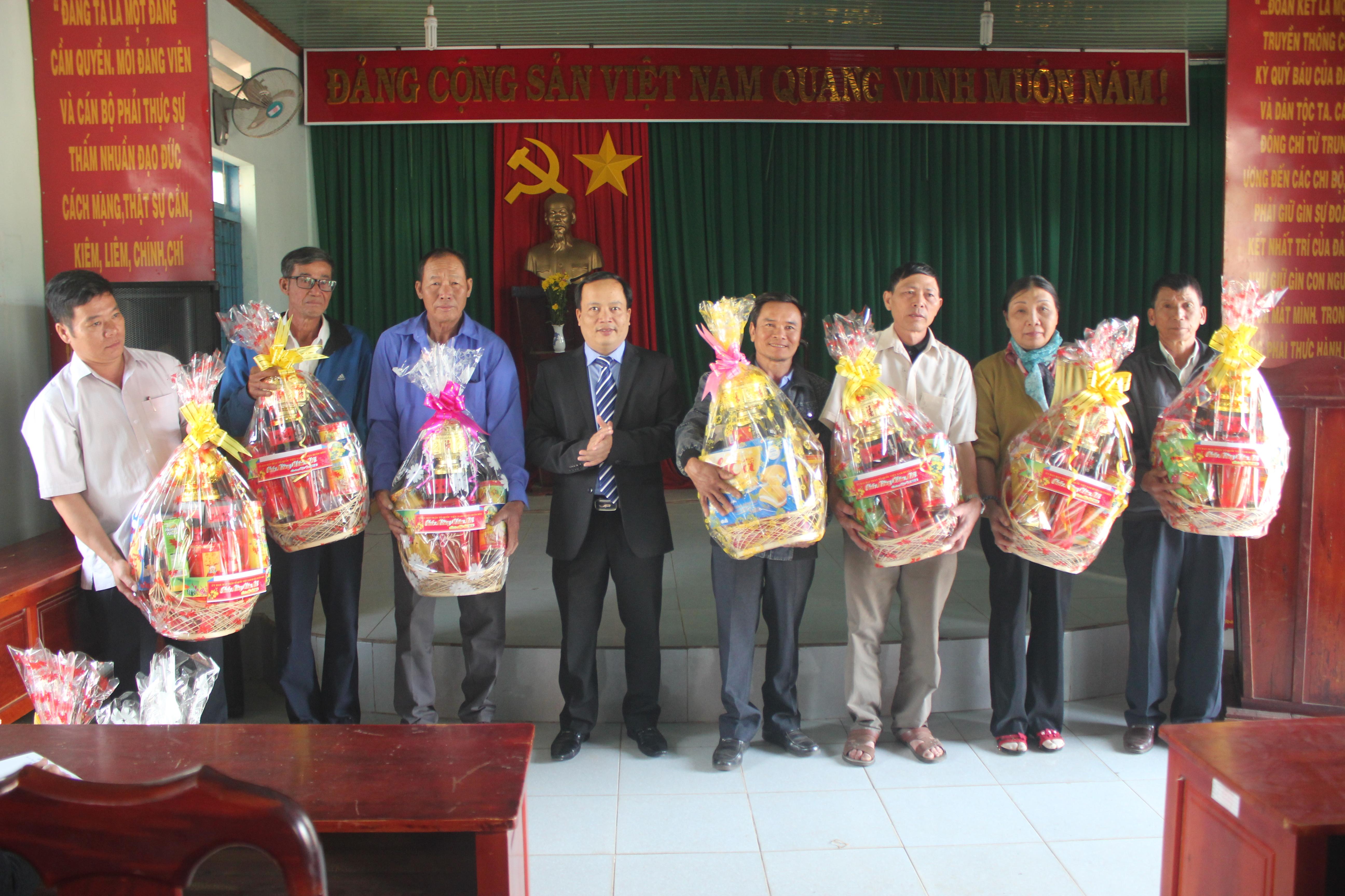 Lãnh đạo Ủy ban MTTQVN huyện Buôn Đôn thăm và tặng quà cho người có uy tín nhân dịp Tết Nguyên đán Mậu Tuất 2018