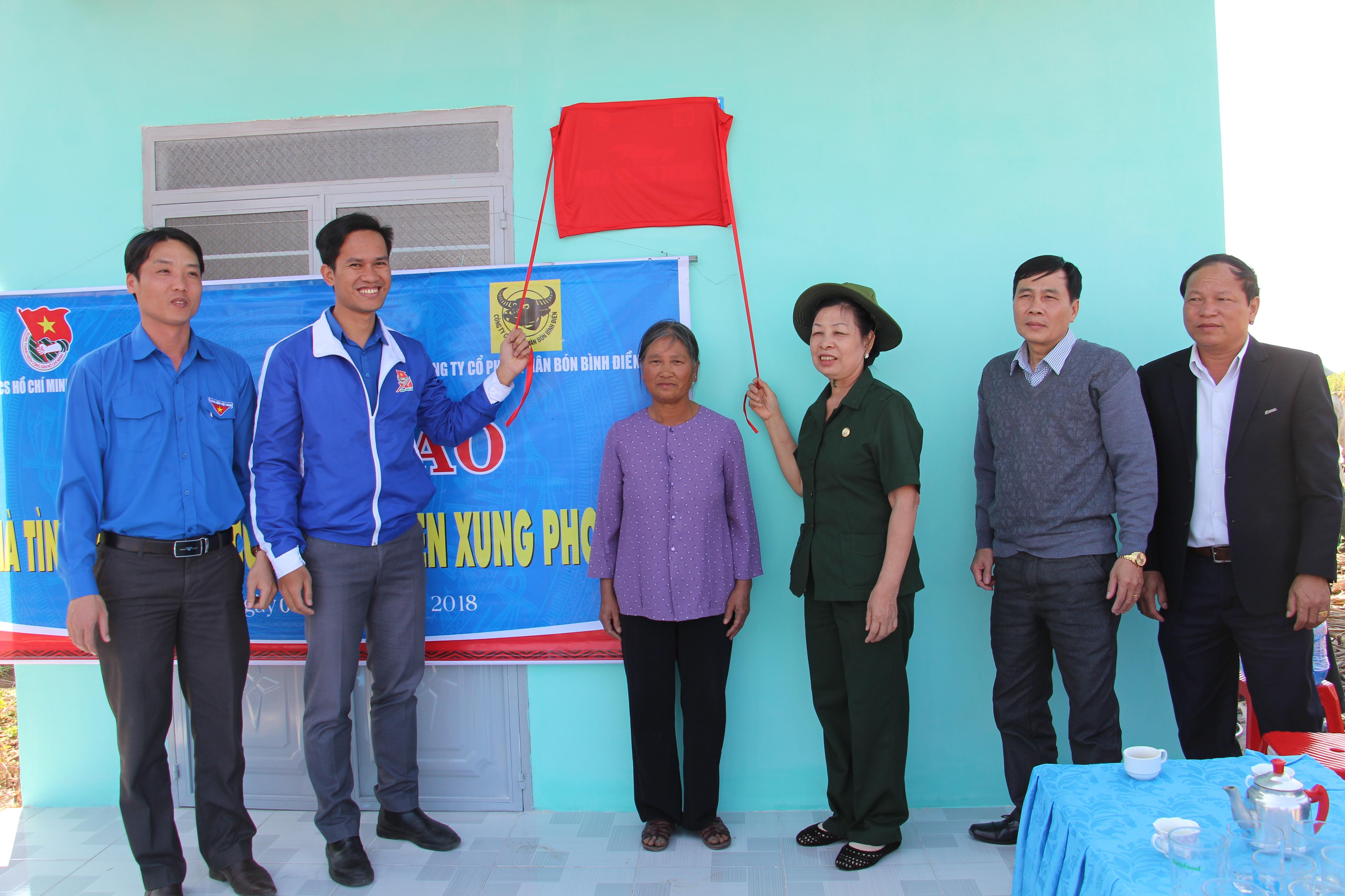 Bàn giao 5 nhà tình nghĩa tặng cựu thanh niên xung phong tại huyện M'Drắk