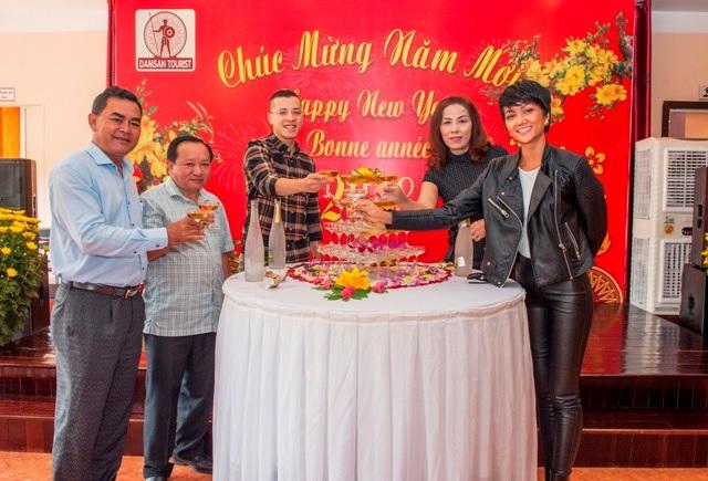 Hoa hậu hoàn vũ Việt Nam H'Hen Niê đón xuân tại quê nhà Đắk Lắk